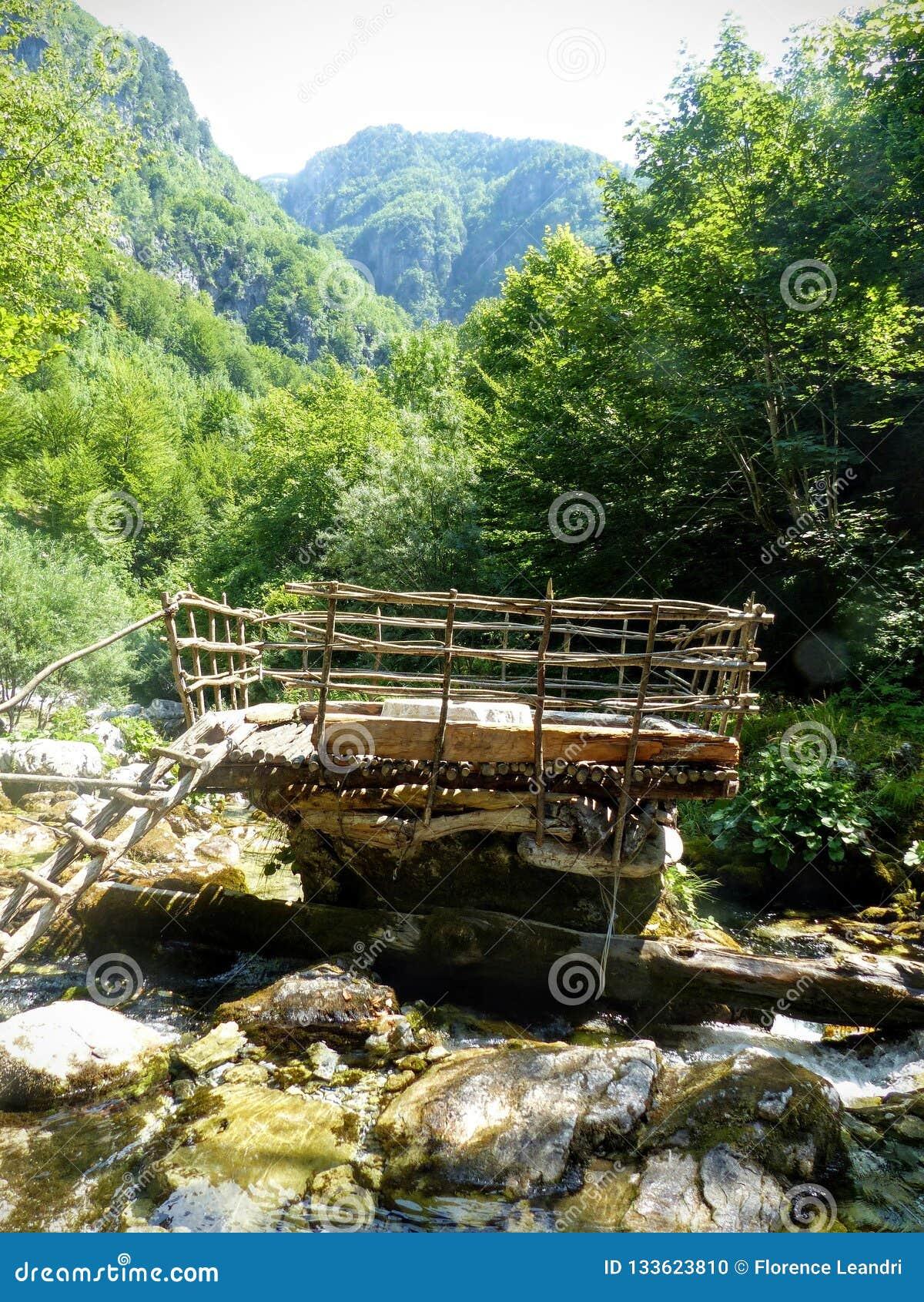 Una Terraza De Madera Natural En El Río En Las Montañas Del