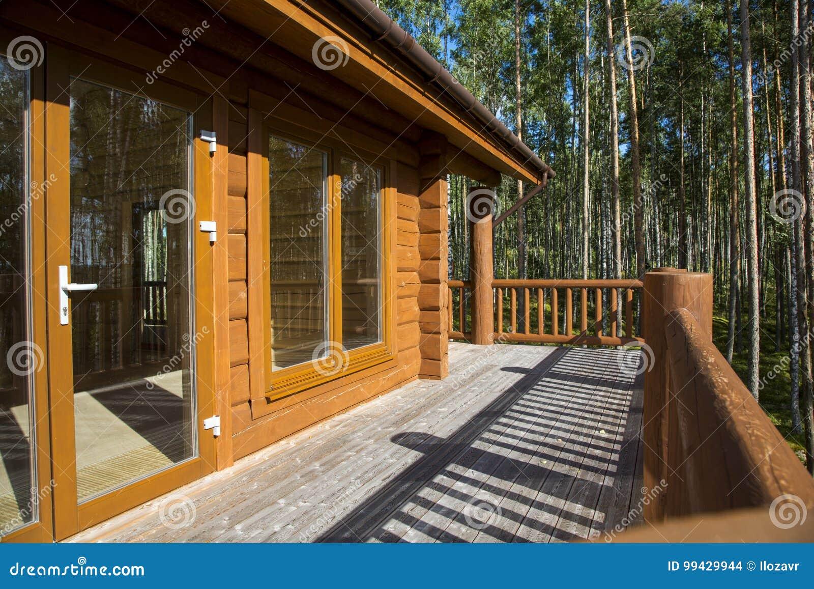 Una Terraza Espaciosa De Una Casa De Madera En Un Bosque Con
