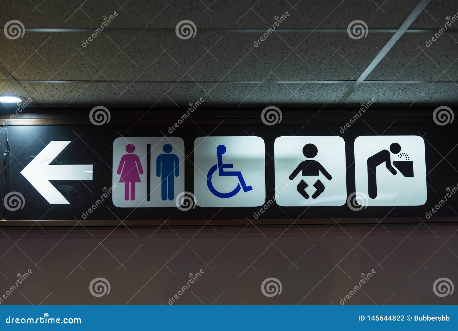 Una toilette pubblica con accesso disabile firma dentro il terminale di aeroporto thailand