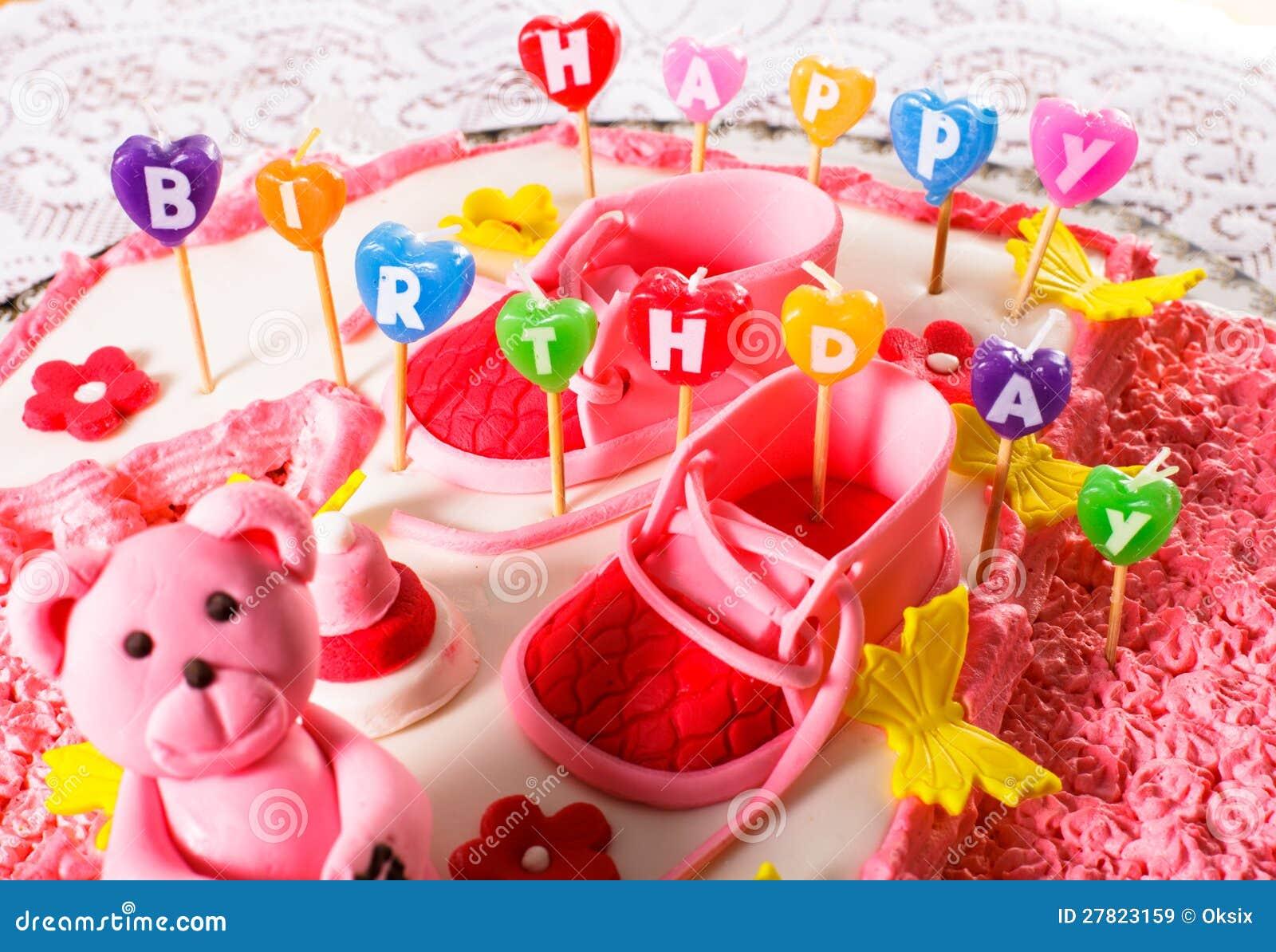 Una torta de cumpleaños rosada