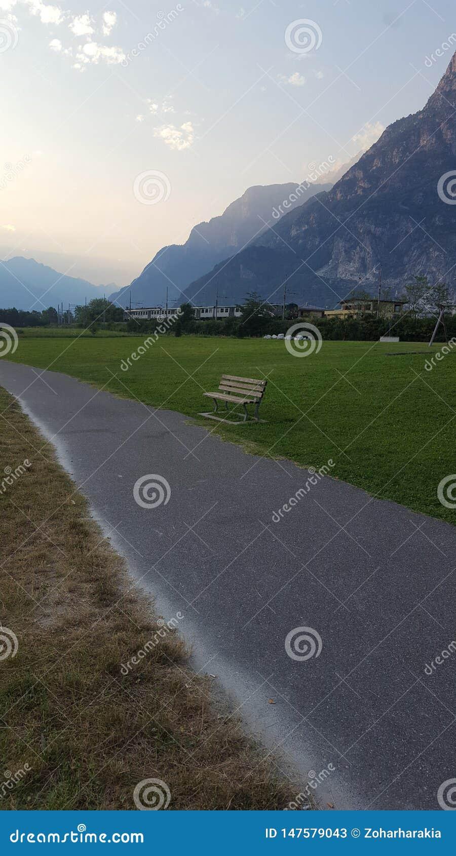 Una traccia al piede delle alpi