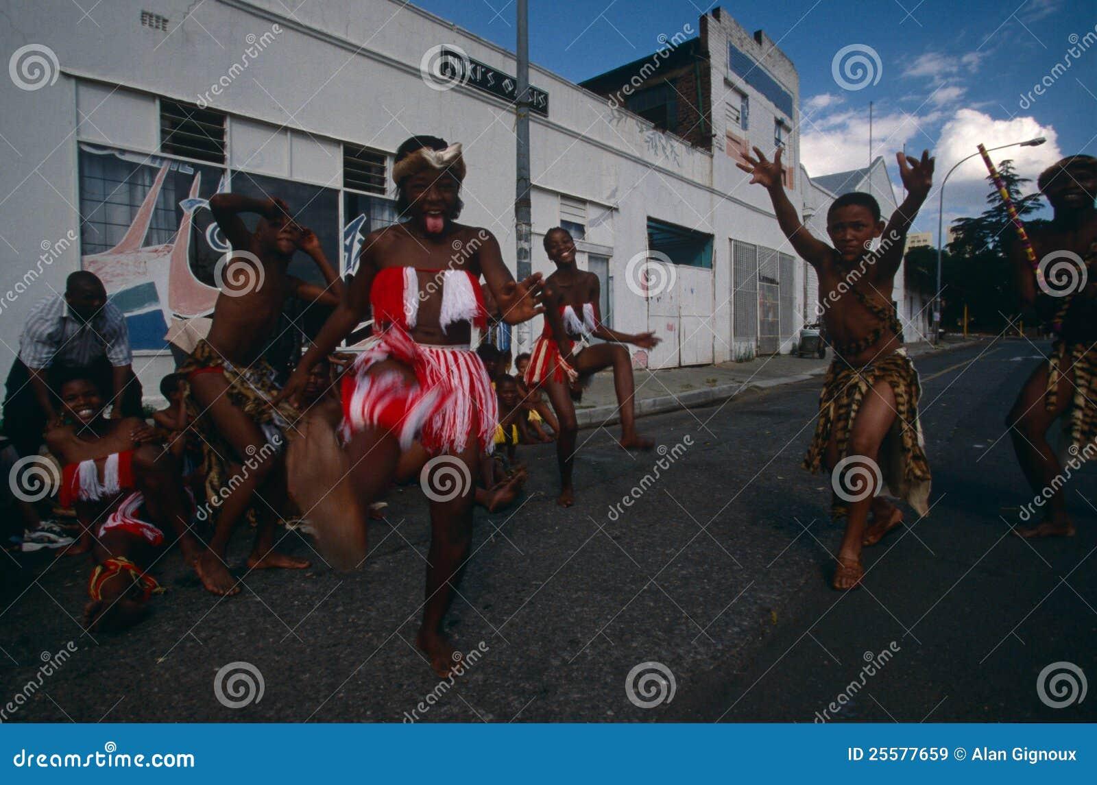 Una tribu étnica que se realiza en Johannesburg.