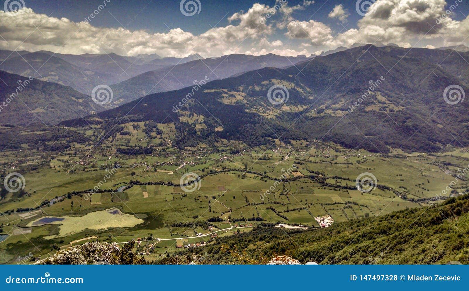 Una valle disposta nel Montenegro del nord