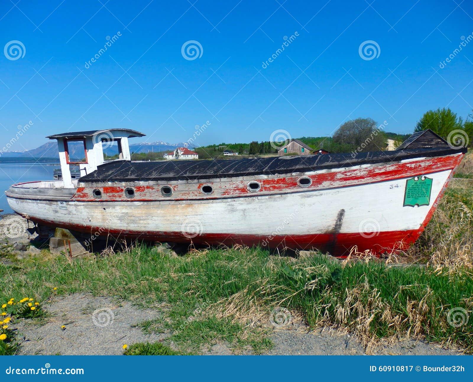 Una vecchia, barca stagionata a partire dai giorni di febbre dell oro del atlin, bc