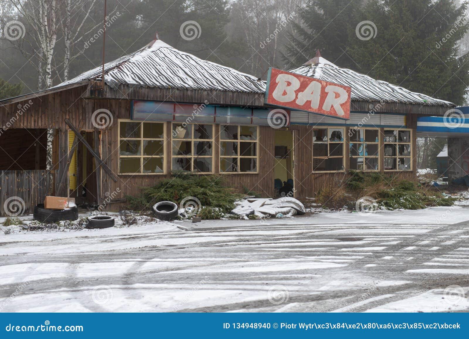 Una vecchia barra abbandonata su una strada di grande traffico Rovina dei ristoranti in Europa centrale