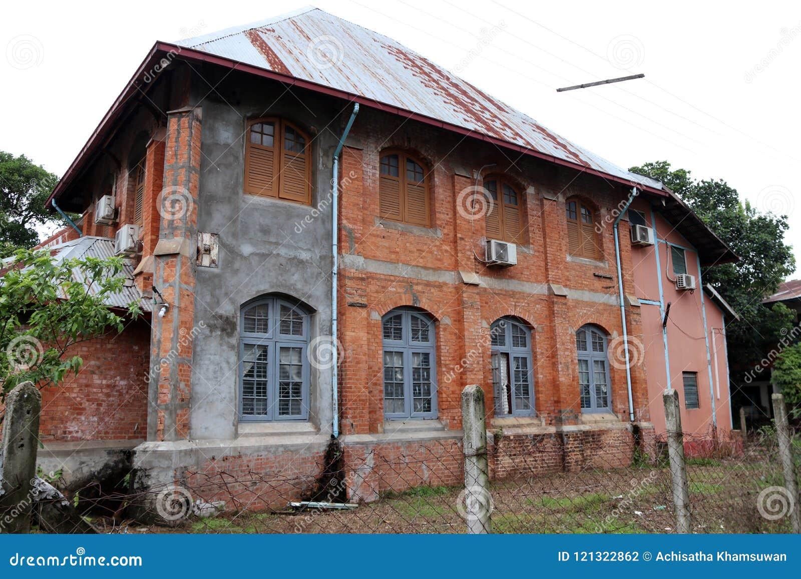 Case Di Legno E Mattoni : Una vecchia casa con mattoni a vista di due piani e finestra