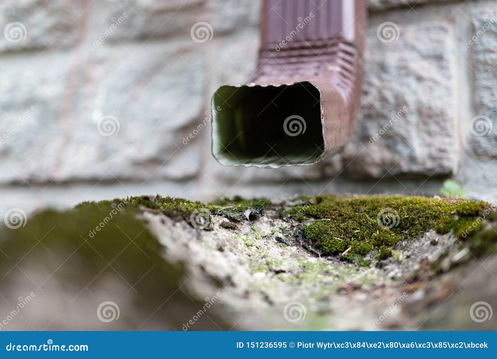 Una vecchia grondaia in una villetta Drenaggio dell acqua piovana dal tetto