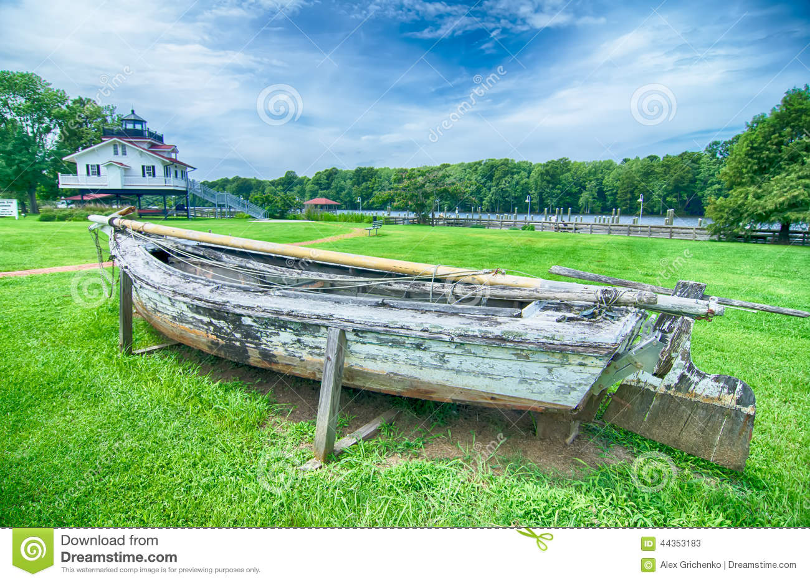 Una vecchia imbarcazione a remi necessitante la riparazione