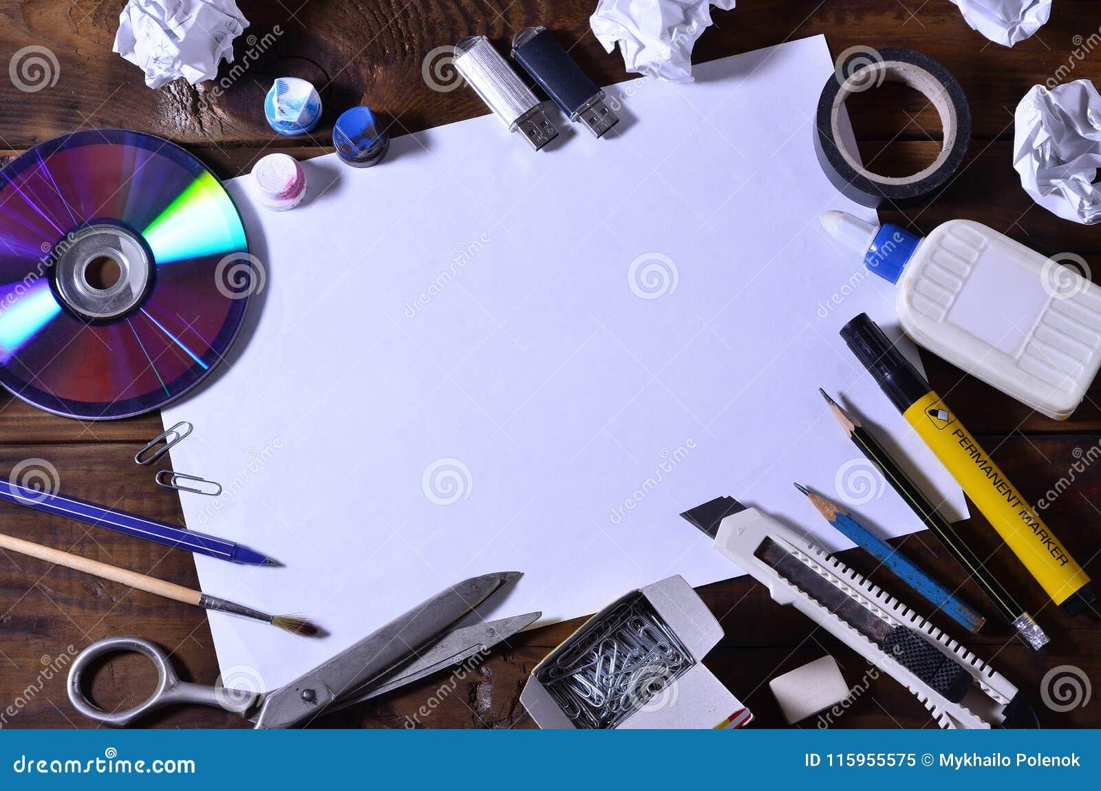 Una vida de la escuela o todavía de la oficina con una hoja de papel en blanco blanca y muchos materiales de oficina Las fuentes