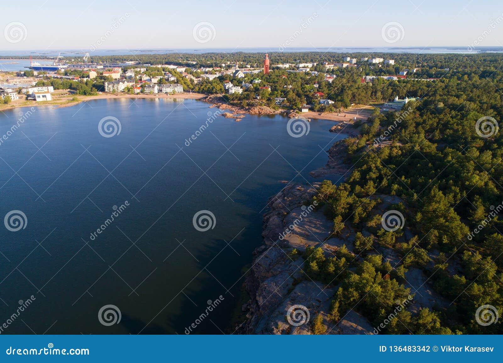 Una visión desde la altura de la ciudad de la encuesta sobre aérea Hanko Finlandia meridional