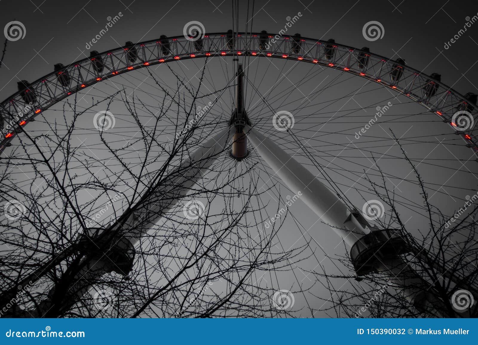 Una visión oscura debajo del ojo grande de Londres