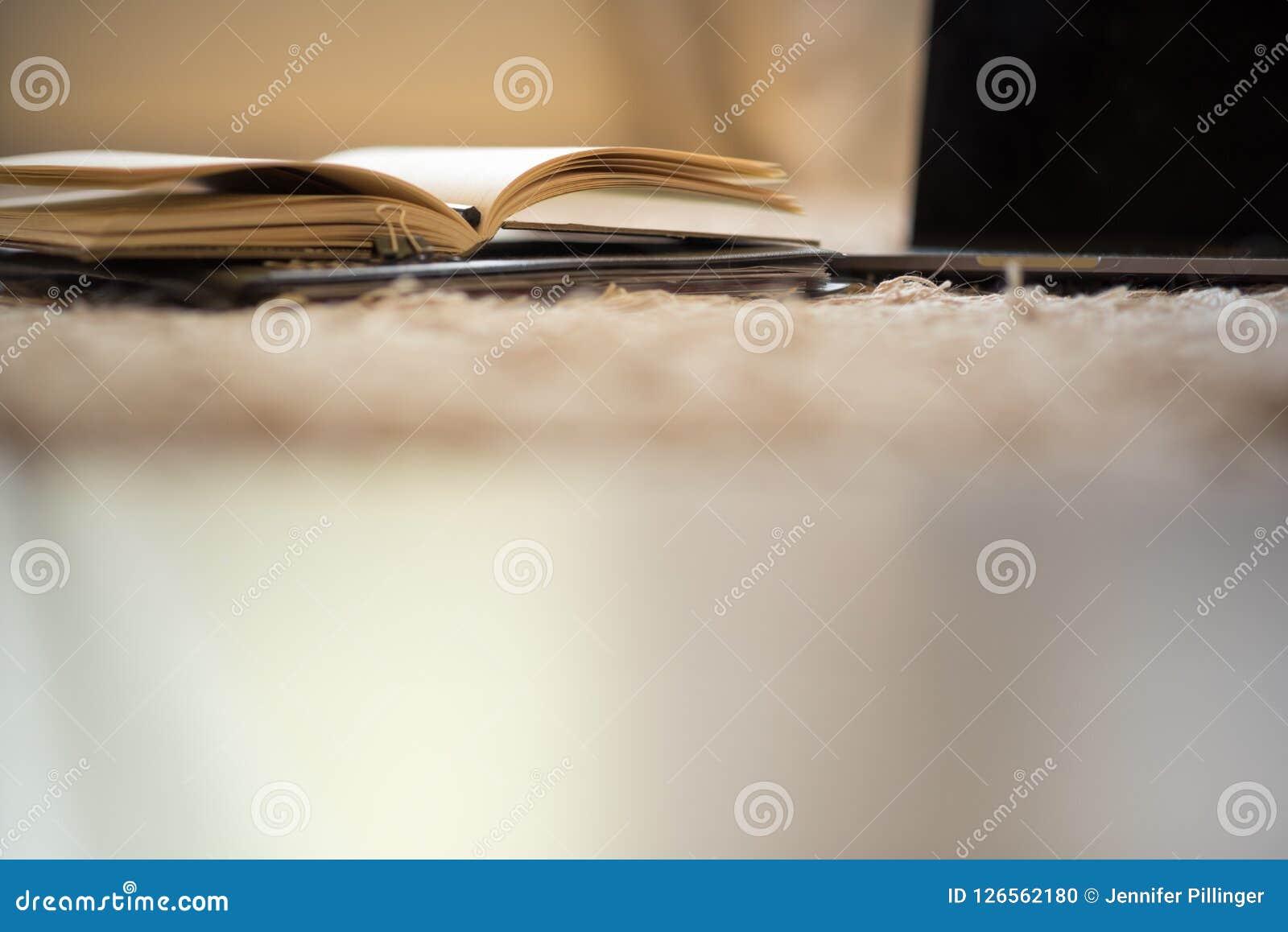 Una vista astratta di basso angolo delle pagine di un giornale aperto dopo