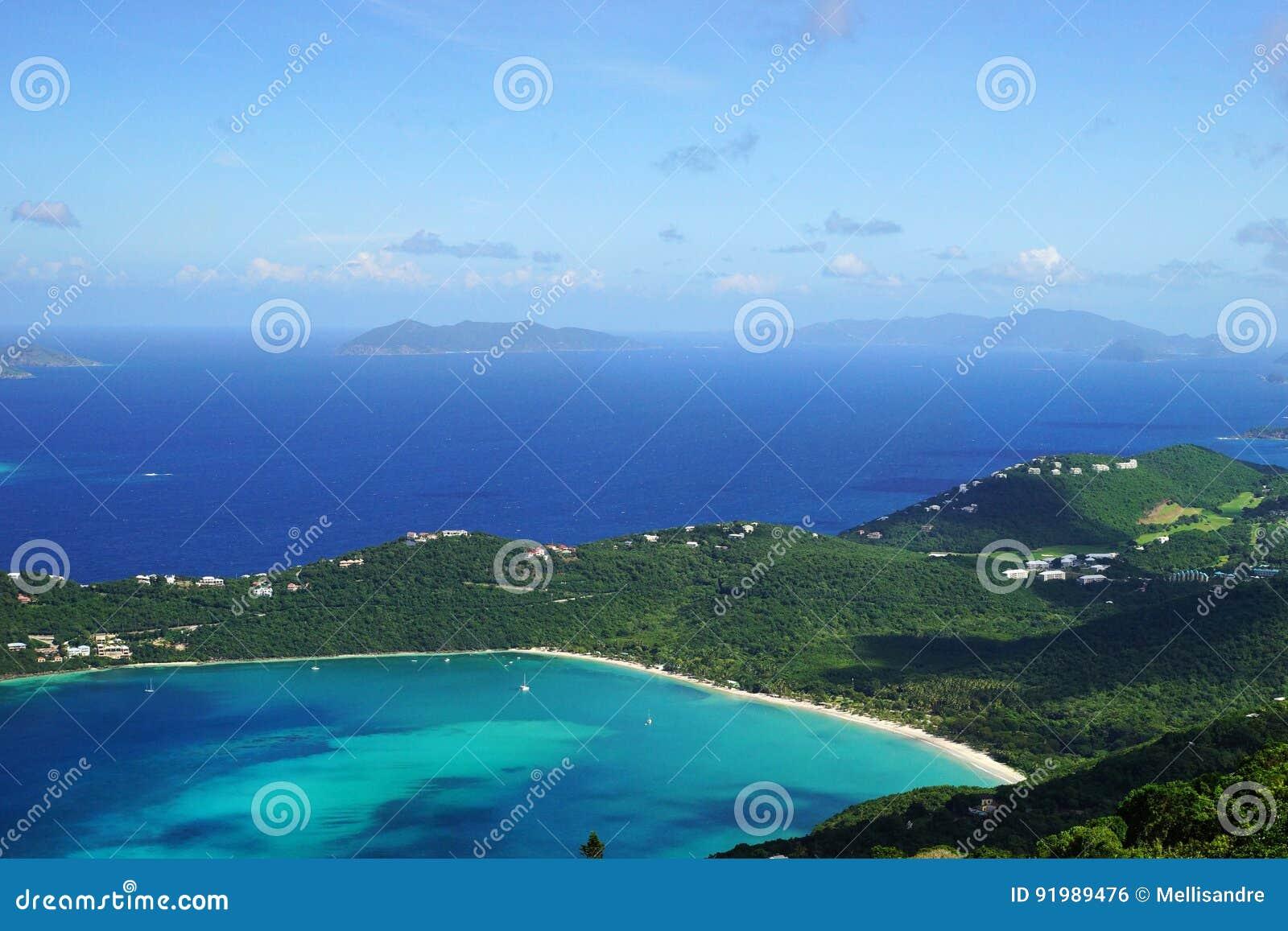 Una vista de la bahía de Magens con la isla de Jost Van Dyke BVI y de Tortola BVI en el fondo