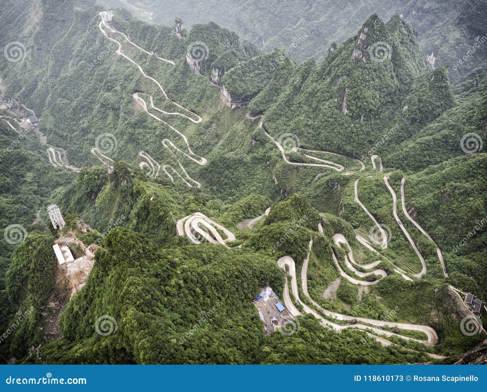 Una vista de las 99 curvas peligrosas en el camino a la montaña de Tianmen, la puerta de Tongtian del ` s del cielo en Zhangjiagi