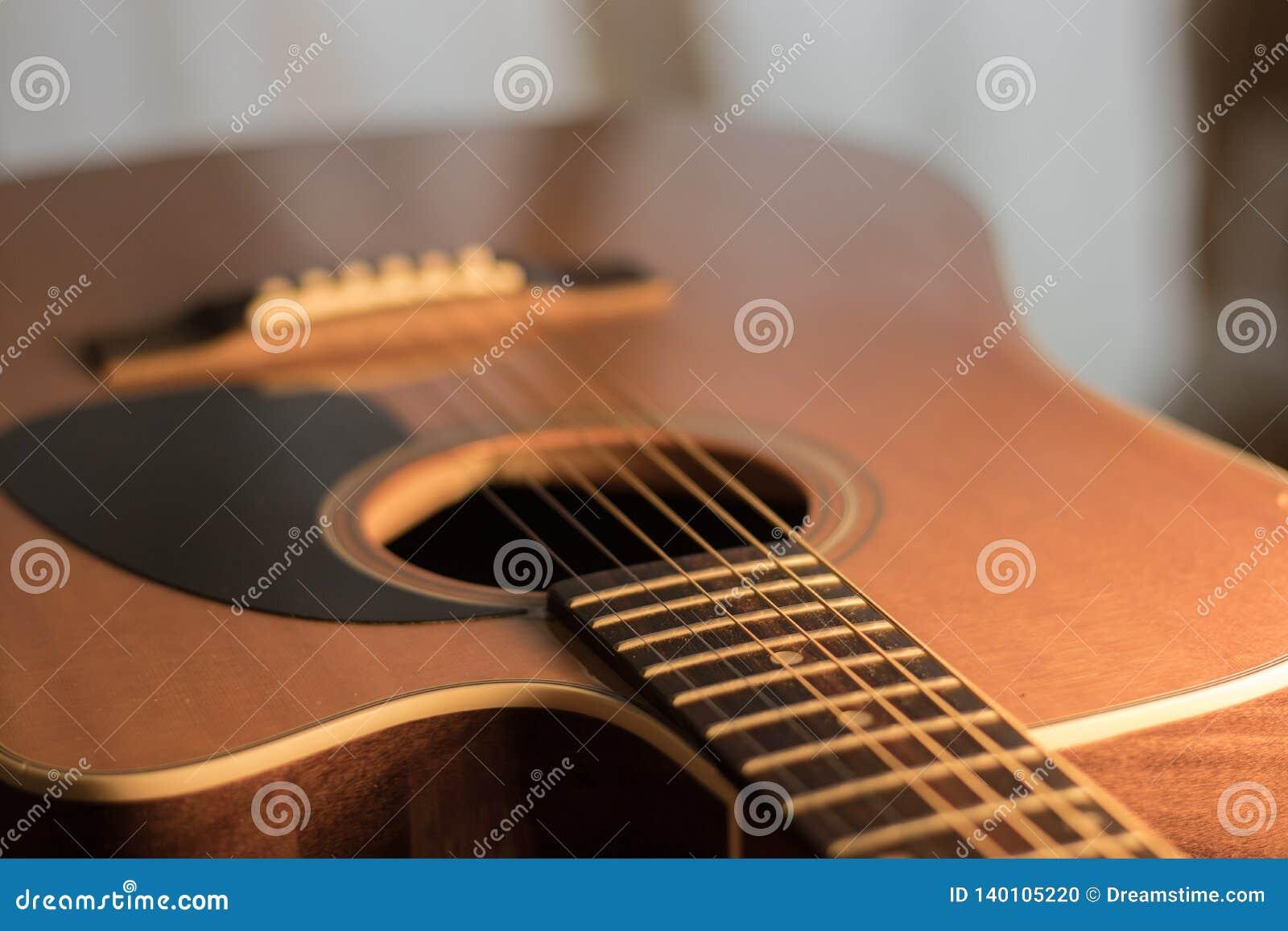 Una vista del corpo della chitarra acustica