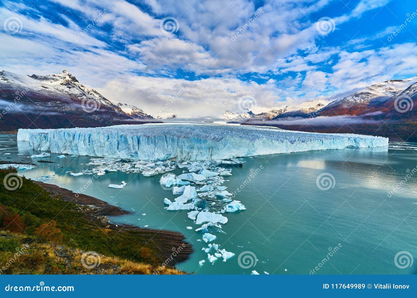 Una vista del lago y del parque nacional Los Glaciares de Perito Moreno del glaciar La Patagonia de Argentina en otoño