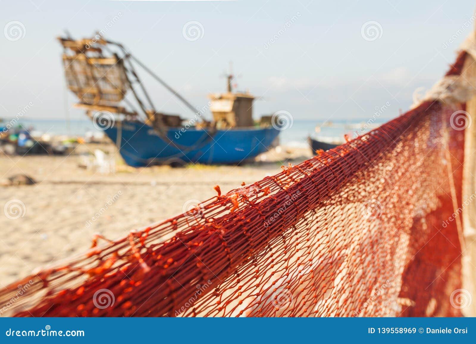 Una vista di una rete da pesca davanti alla barca sulla spiaggia Bei mare calmo ed acqua durante il giorno di estate caldo