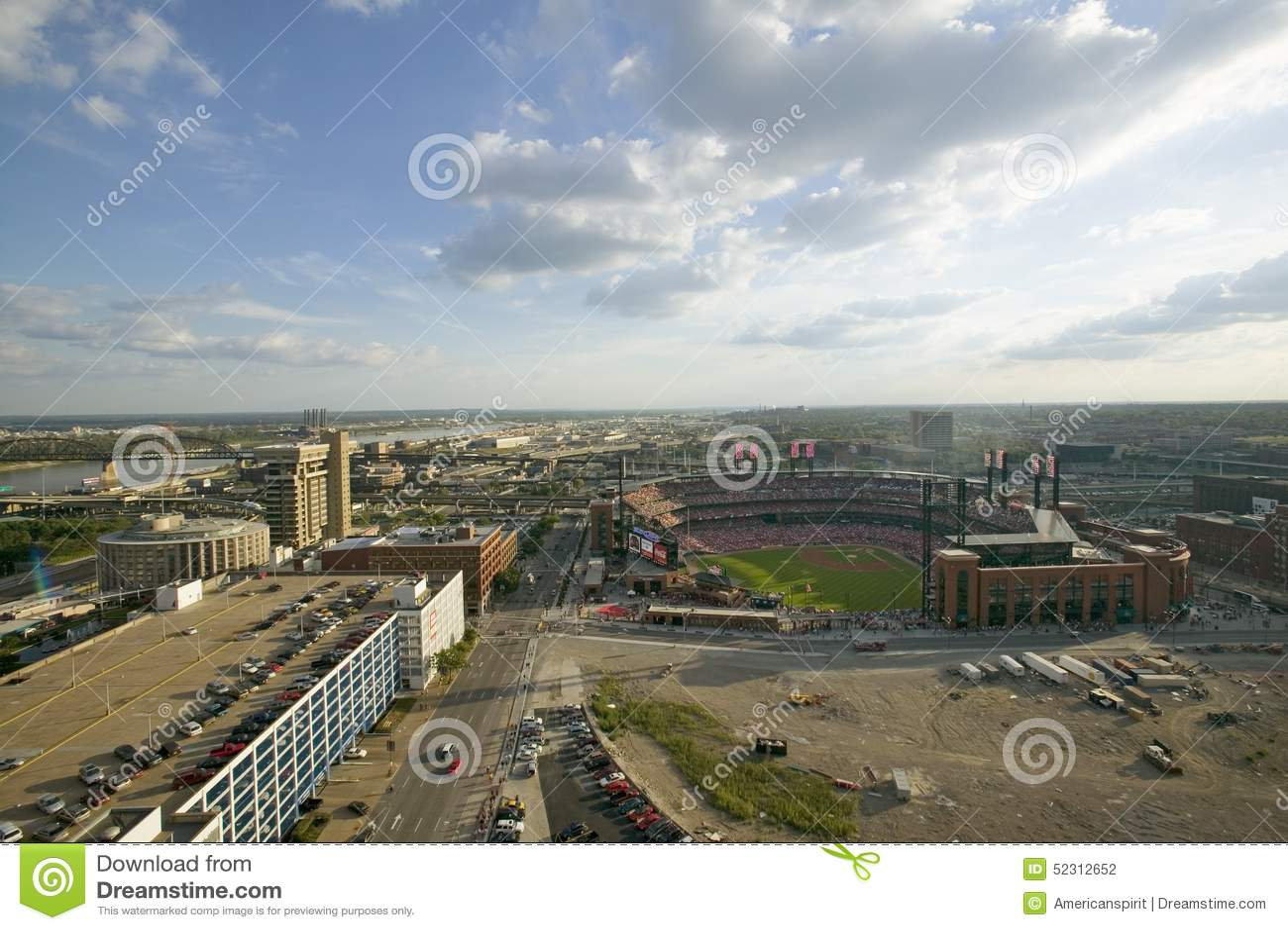 Una vista elevada del tercer Busch Stadium y St. Louis, Missouri, donde el golpe de los Pittsburgh Pirates el campeón 2006 de la