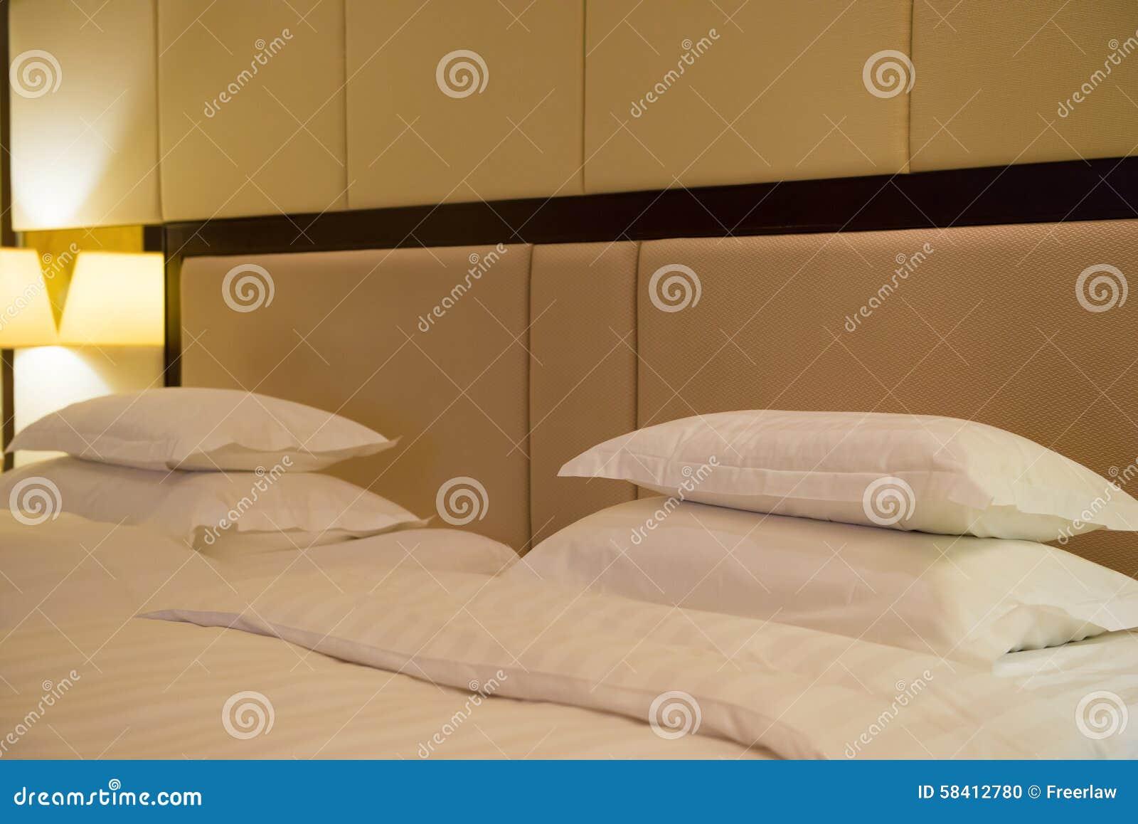 Una vista laterale di due letti nella camera di albergo