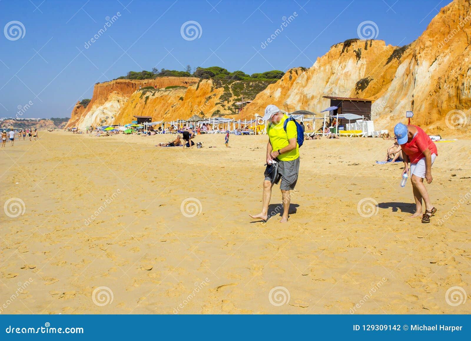 Una vista lungo la spiaggia di Falesia nel Portogallo Albuferia