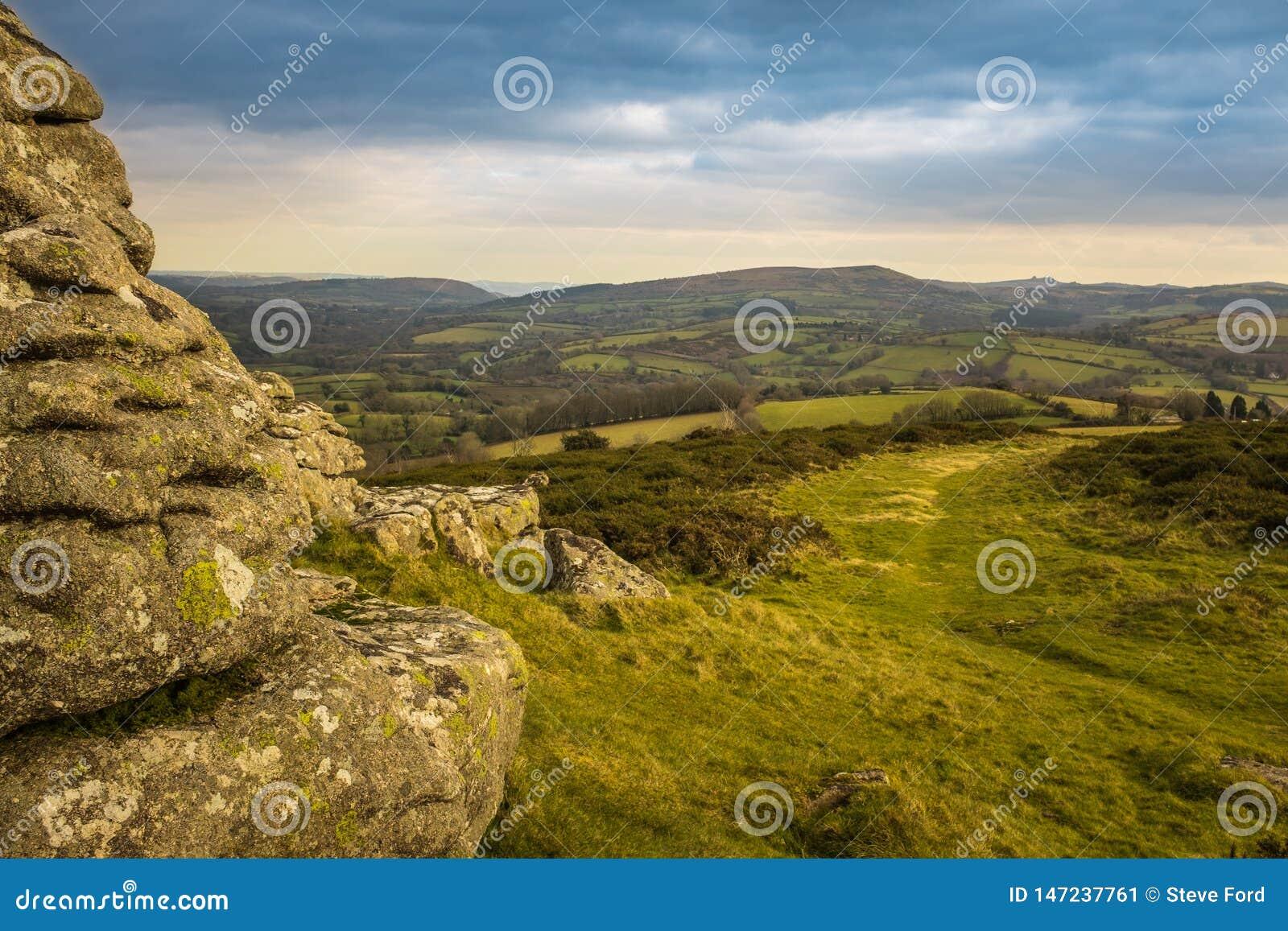 Una vista panor?mica del parque nacional de Dartmoor del Tor de Watern, el paisaje verde lleva en la distancia