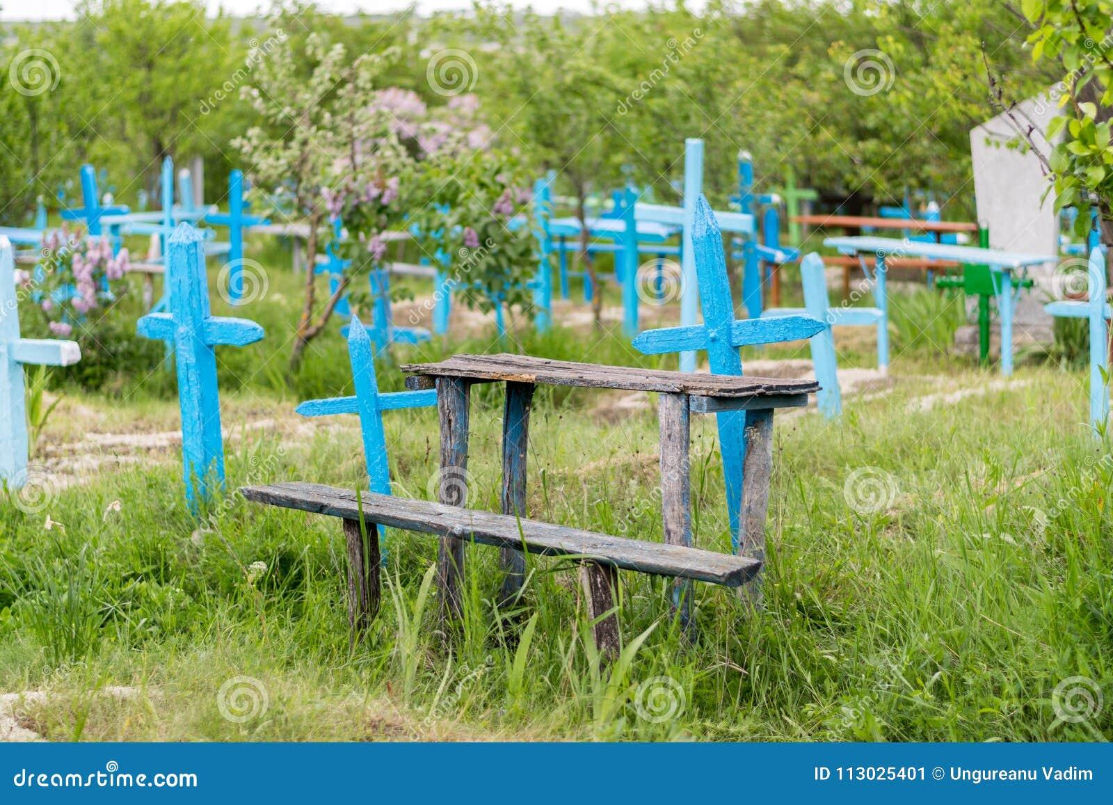 Una vista a un cementerio con las cruces azules