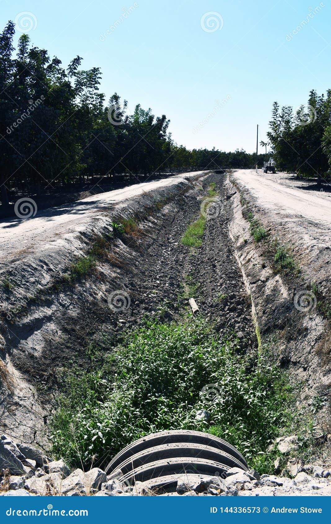Una zanja de irrigación vieja agradable y seca
