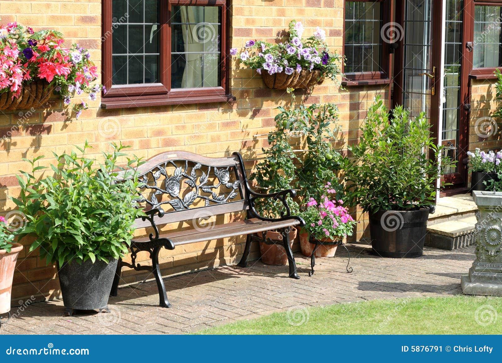 Una Zona Di Disposizione Dei Posti A Sedere Inglese Del Giardino Posteriore Immagine Stock Immagine Di Piante Crescere 5876791