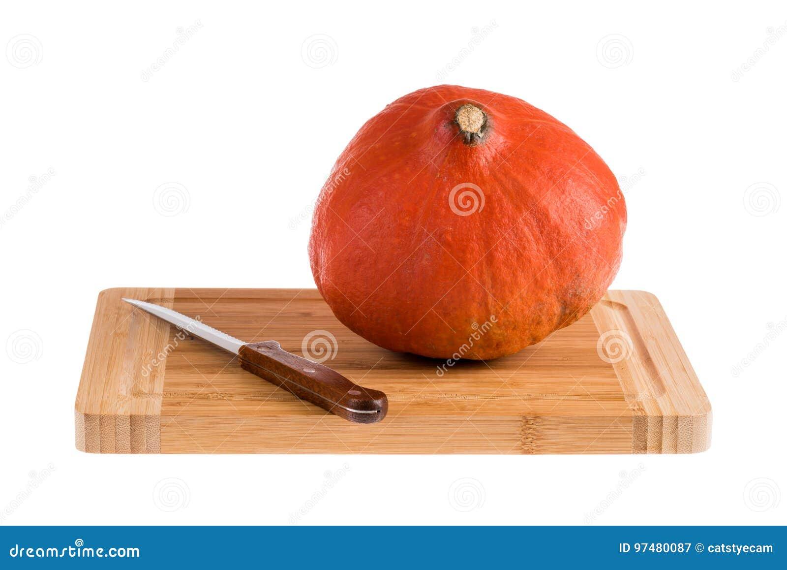 Una zucca su un tagliere di legno