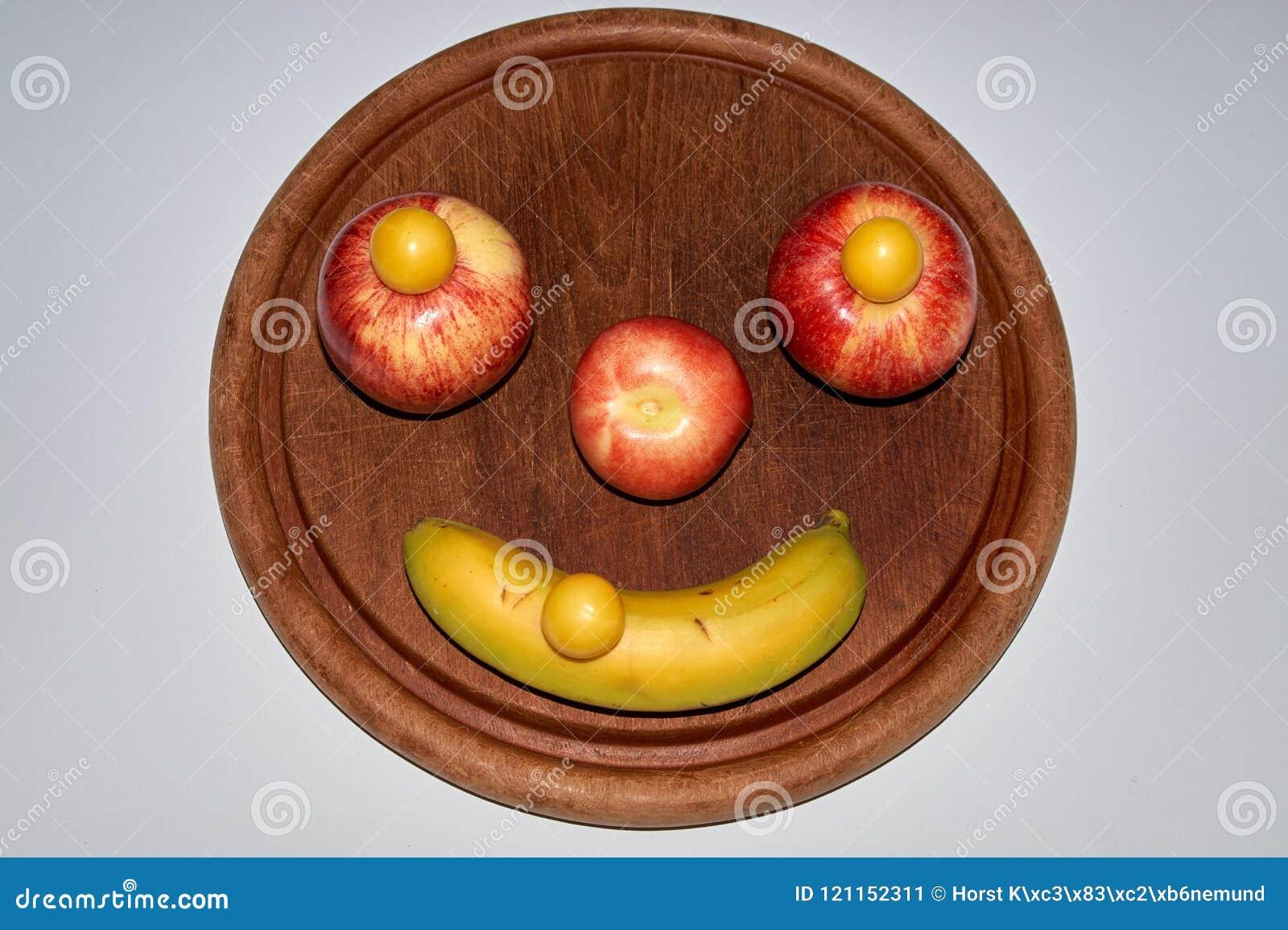 Unbedeutendes rundes Fruchtgesicht gemacht vom Apfel, vom Pfirsich und von der Banane
