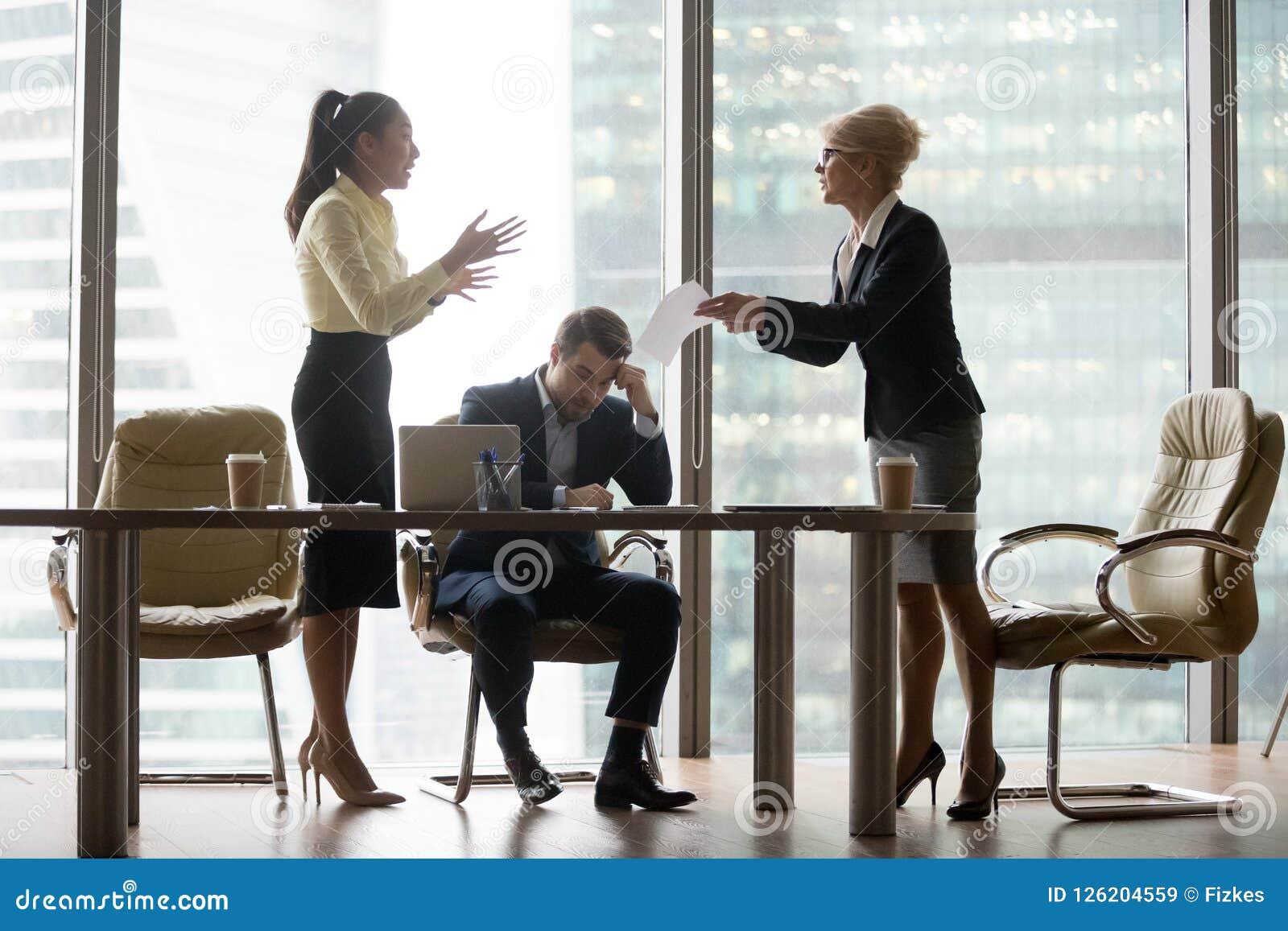 Unbefriedigte, verärgerte DirektornGeschäftsfrau, die Arbeit kritisiert