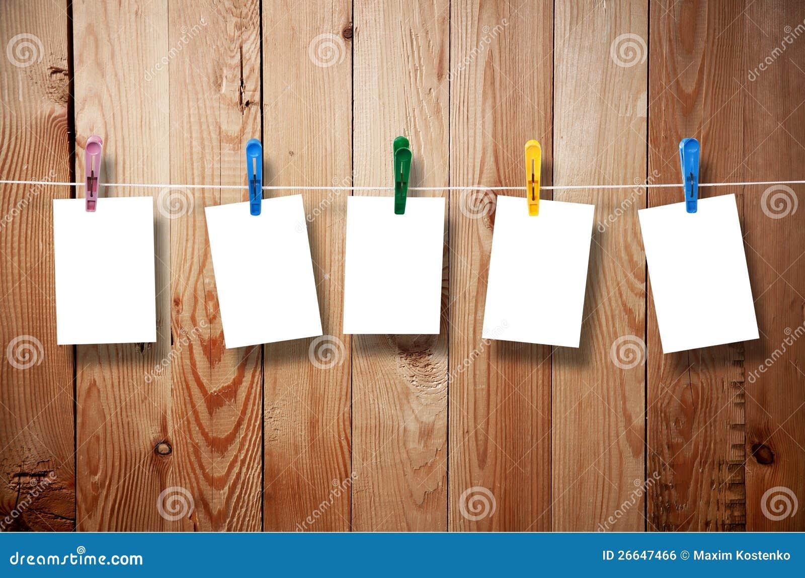 Bilderrahmen Wäscheleine unbelegter bilderrahmen der an der wäscheleine hängt stockfoto