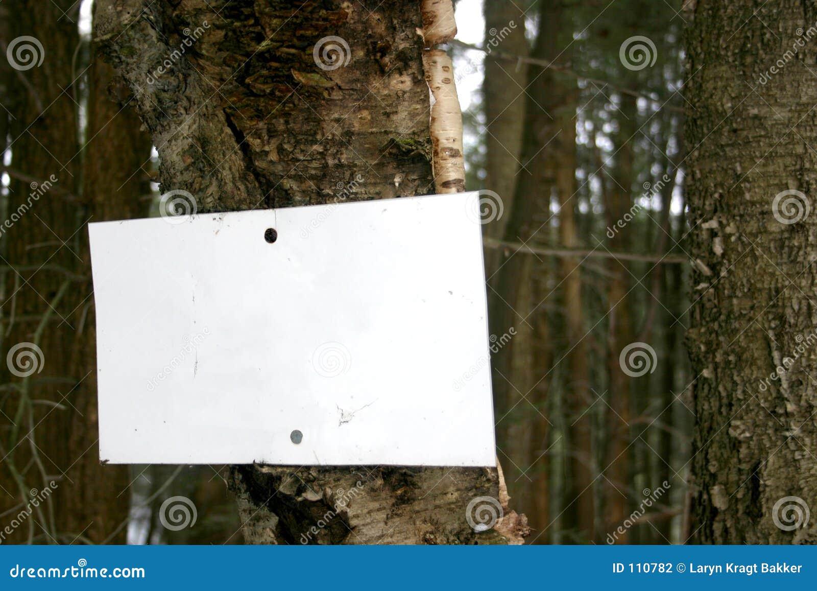 Unbelegtes Zeichen auf Baum