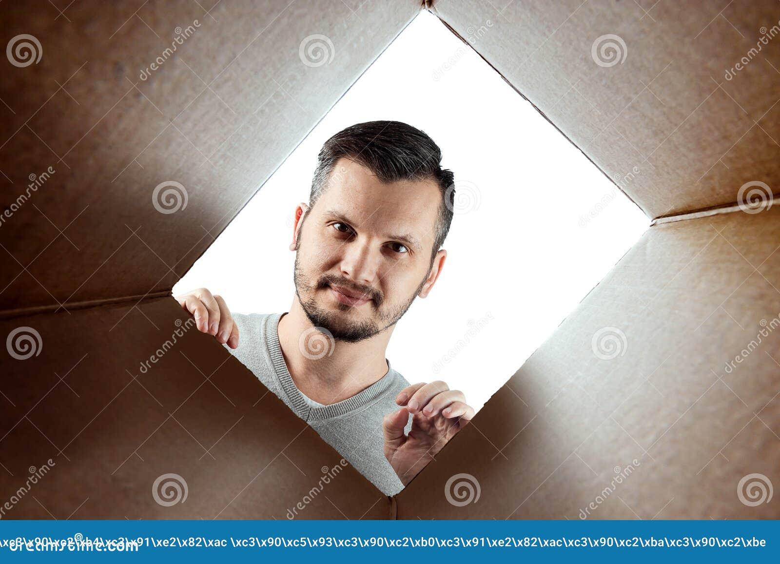 Unboxing, Creatieve achtergrond, een mens opent de doos en ziet binnen eruit Het pakket, levering, verrassing, gift, levensstijl