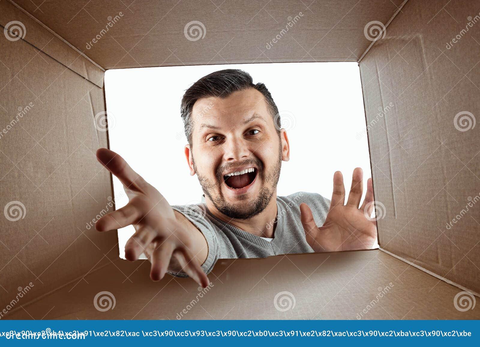Unboxing, Kreatywnie tło, radosny mężczyzna otwiera spojrzenia w niespodziance i pudełko Pakunek, dostawa, niespodzianka, prezent