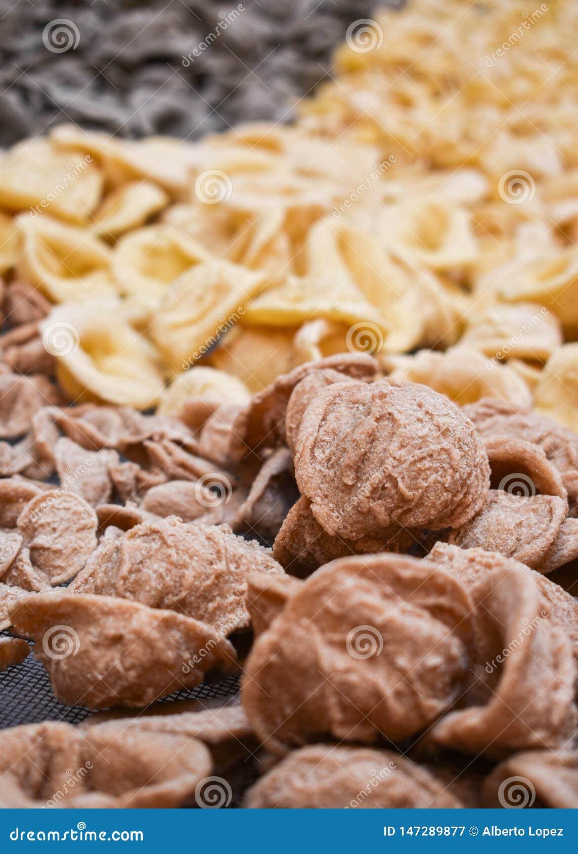 Uncooked świeży włoski makaron - typowi «orecchiettes «