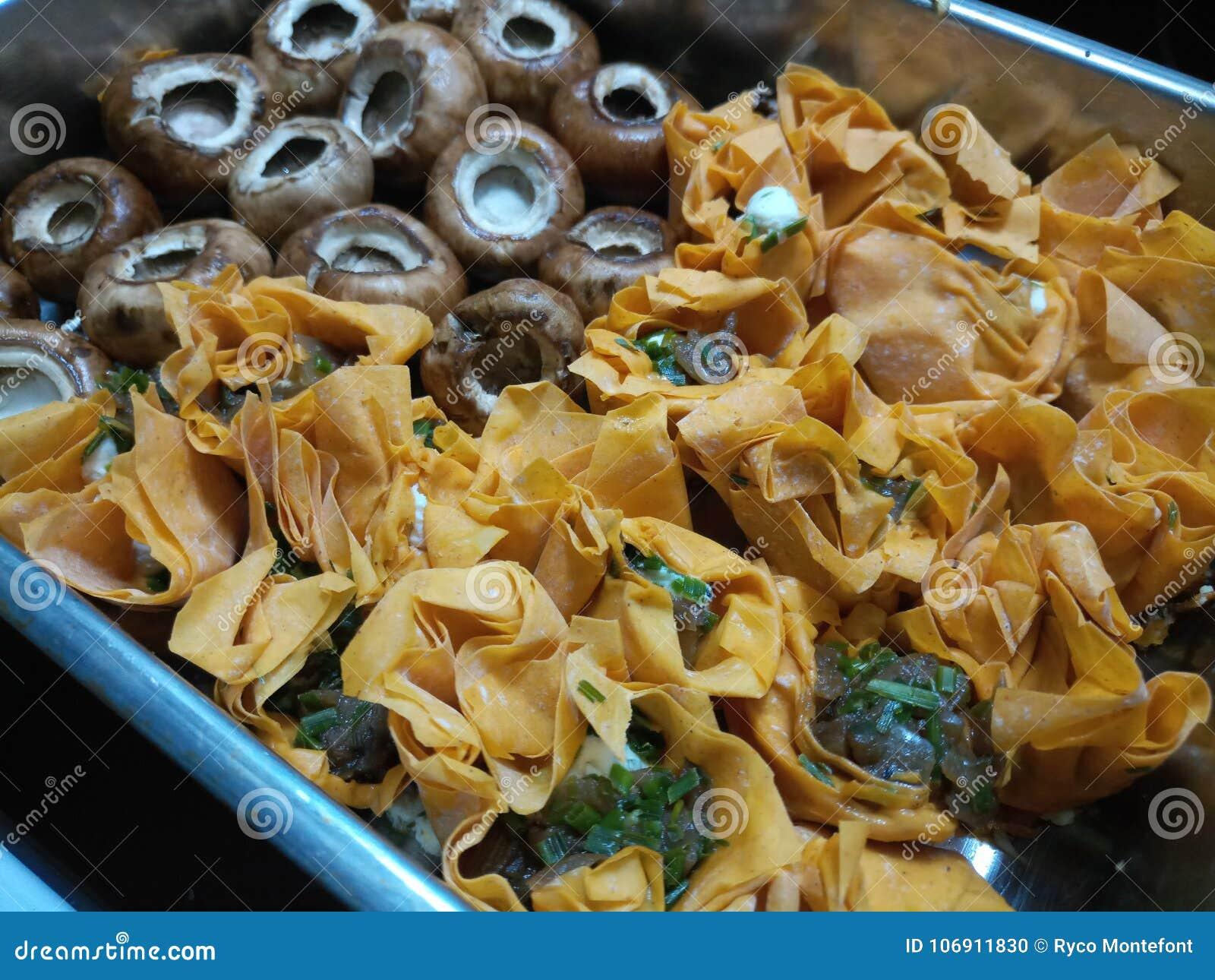 Uncooked kózka sera tartlets z uncooked pieczarkami