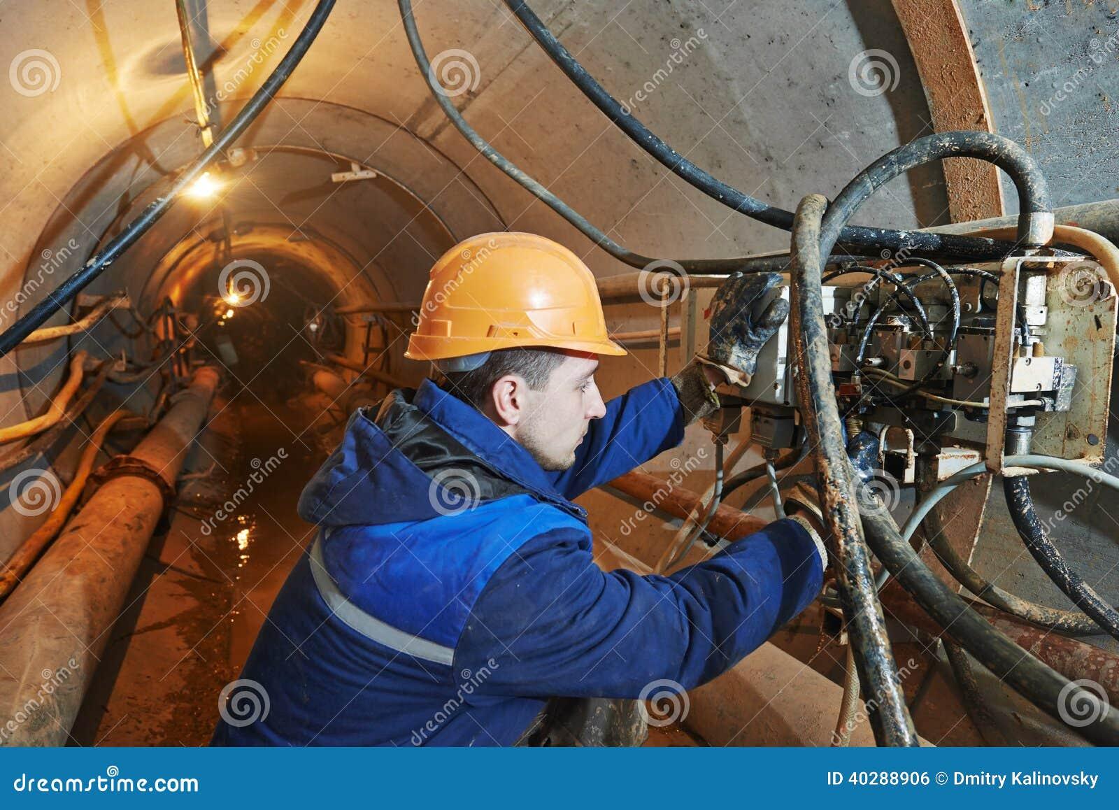 Undeground работая в тоннеле