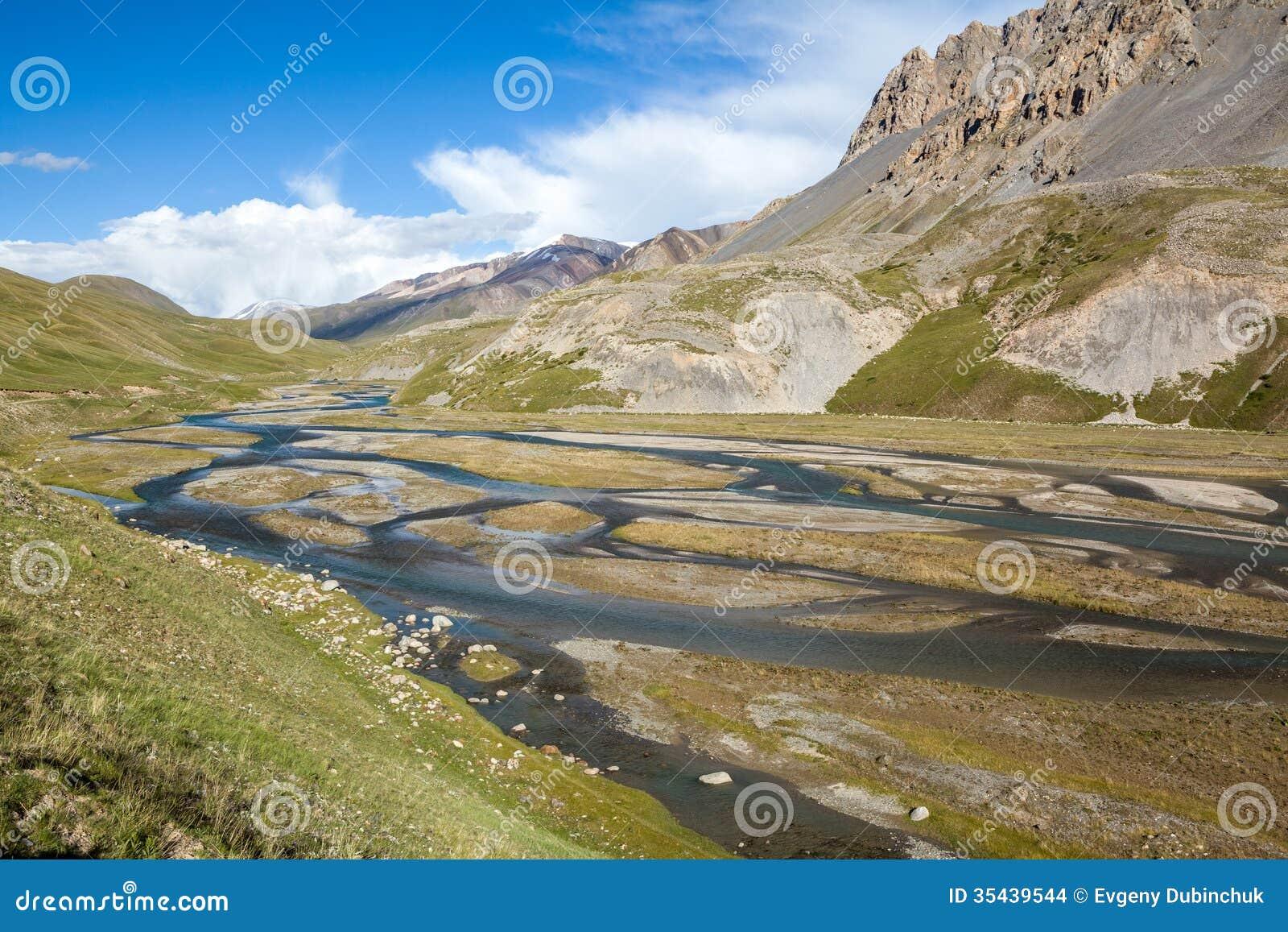 Underbar bergflod i Tien Shan berg