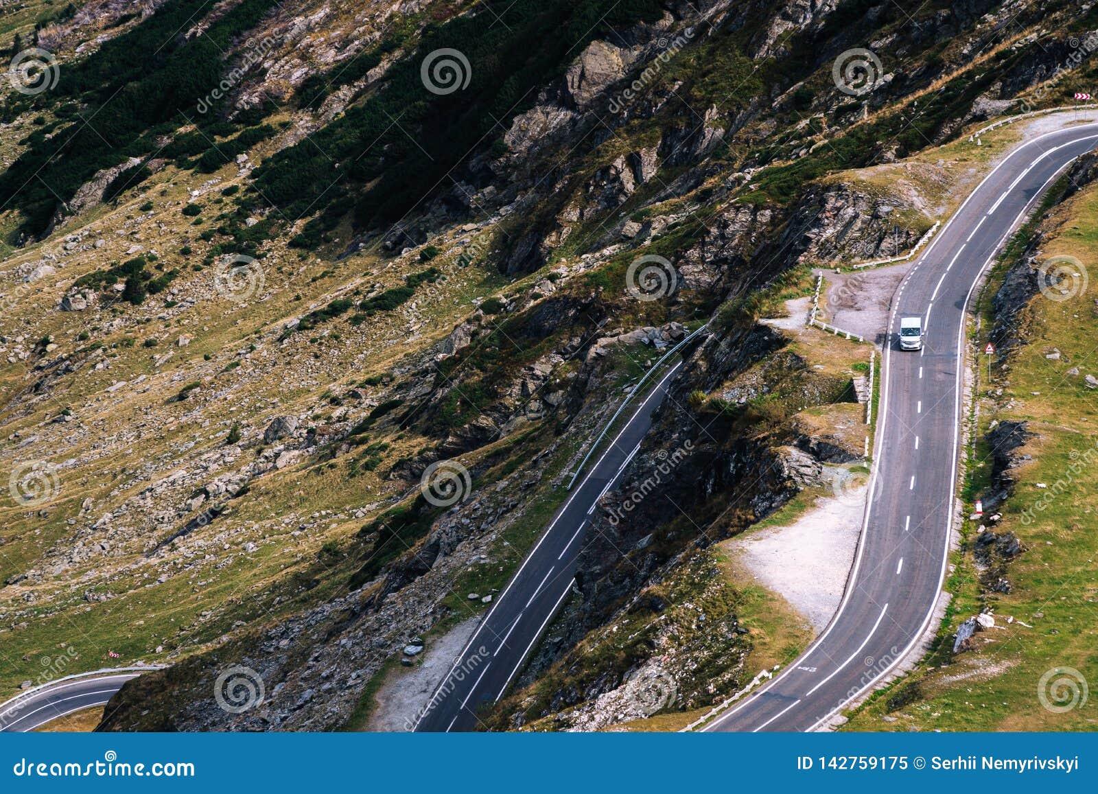 Underbar bergsikt bergspolningsväg med många vänd i höstdag Transfagarasan huvudväg, den mest härliga vägen in