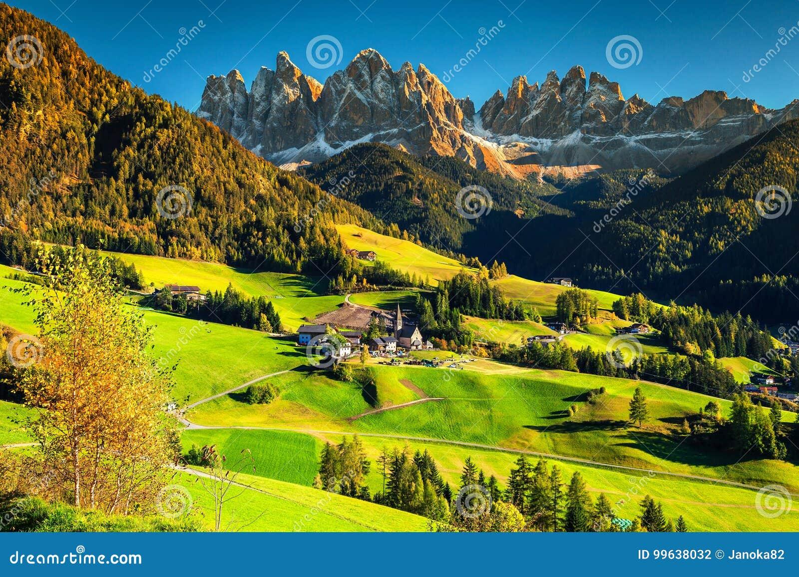 Underbart höstlandskap med den Santa Maddalena byn, Dolomites, Italien, Europa