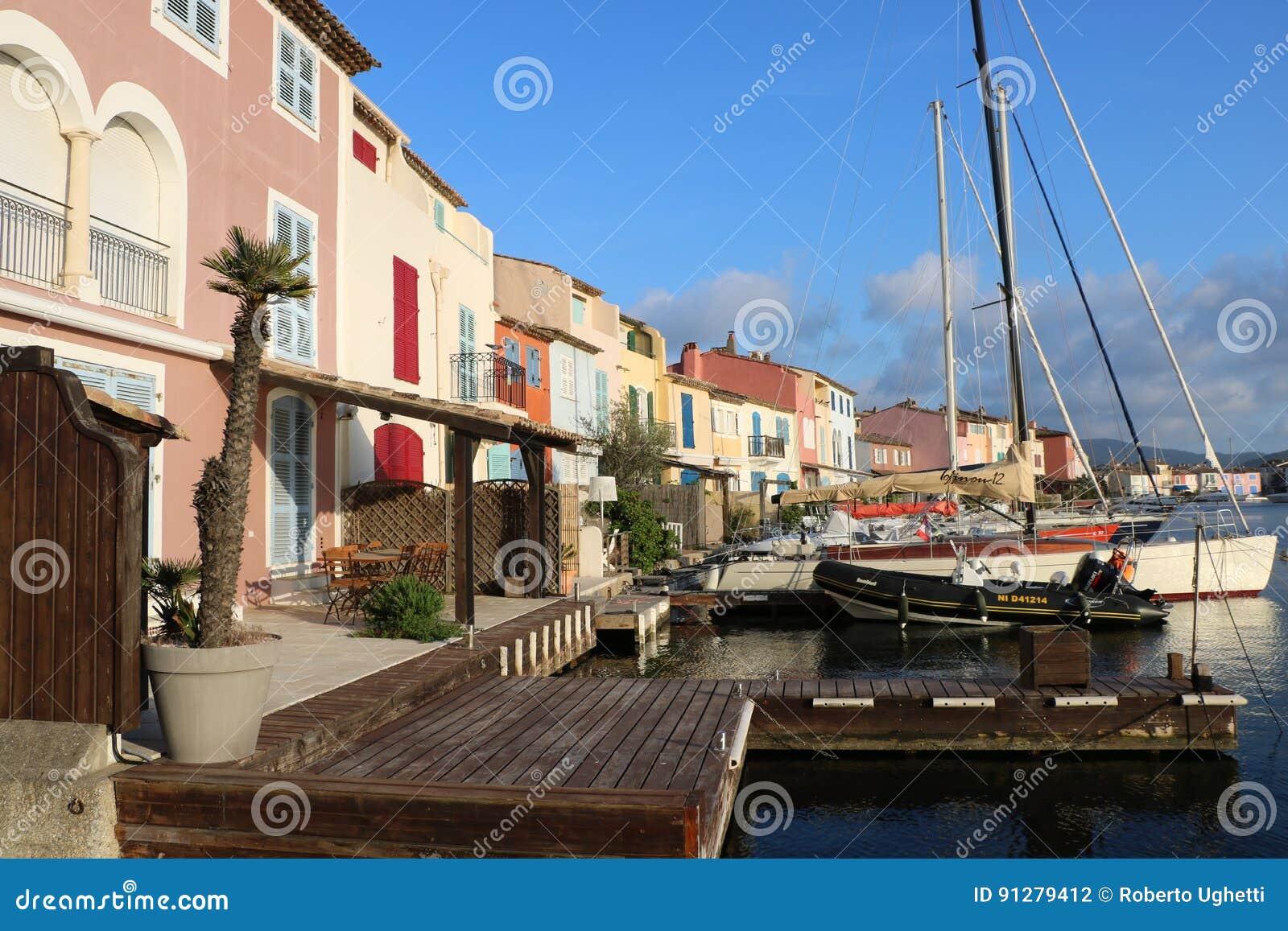 Underbart landskap av port Grimaud på den franska Rivieraen i Frankrike