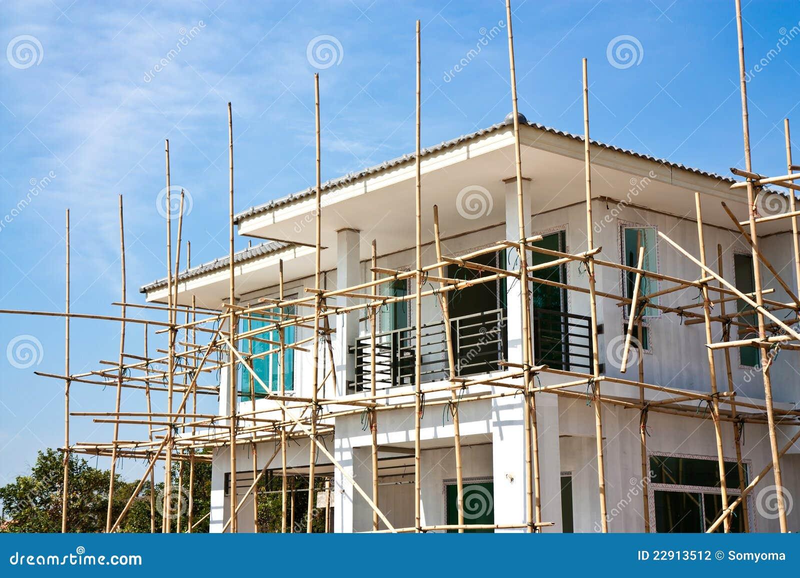 Underconstruction la maison neuf avec l 39 chafaudage en for Maison neuf