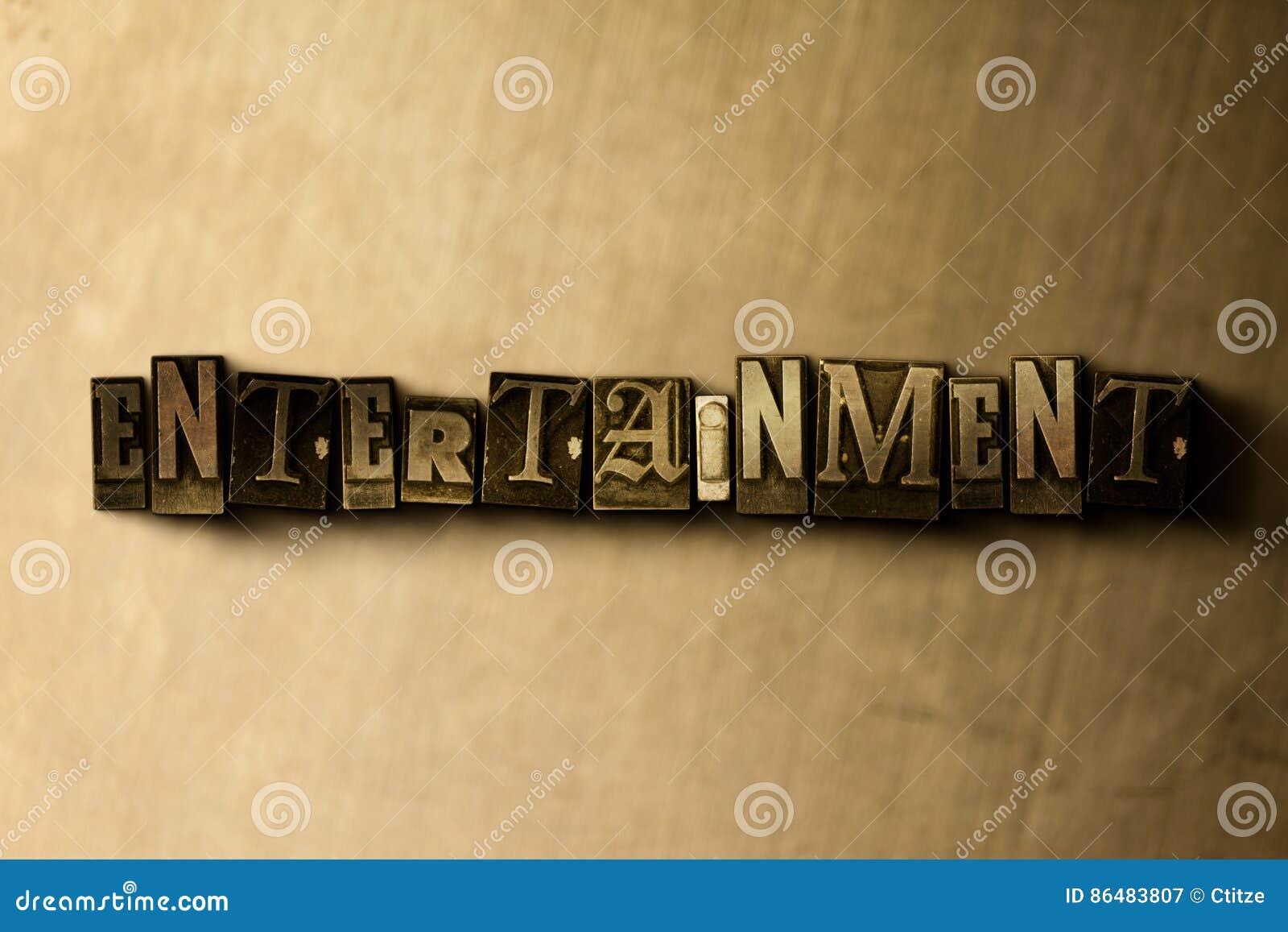 UNDERHÅLLNING - närbild av det typsatta ordet för grungy tappning på metallbakgrunden