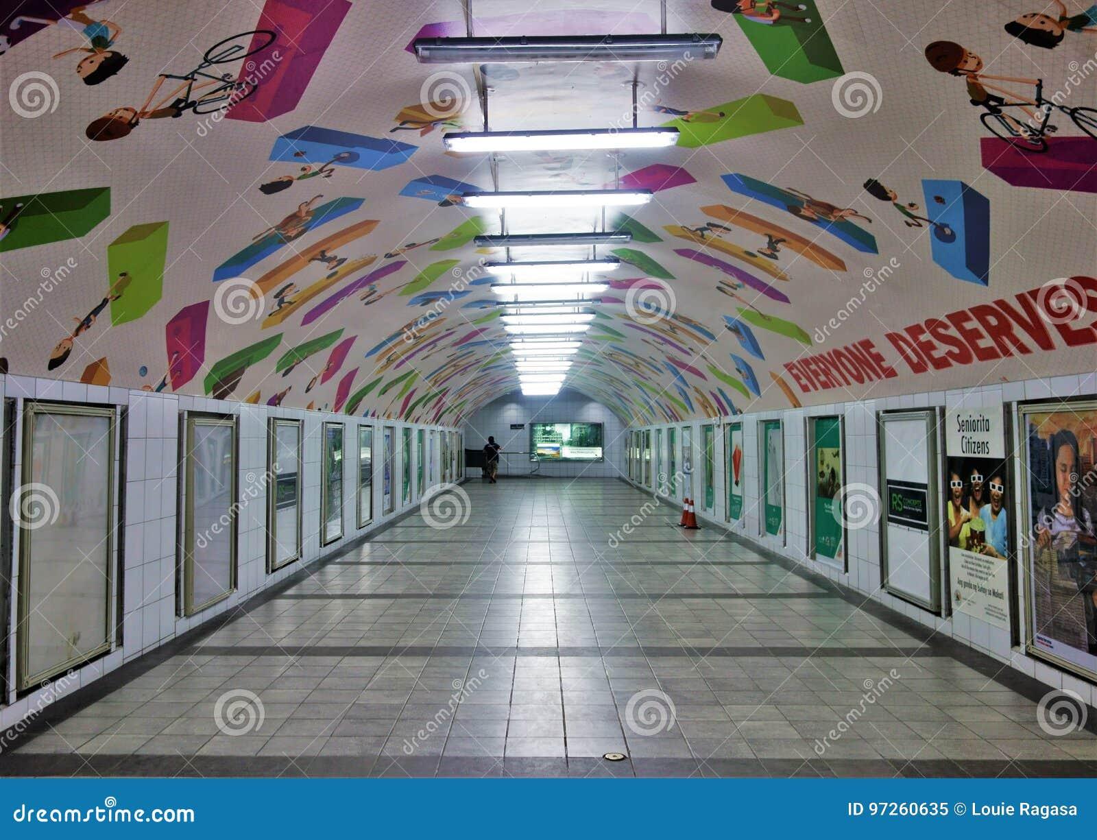 Underjordisk tunnel med det konst målade taket