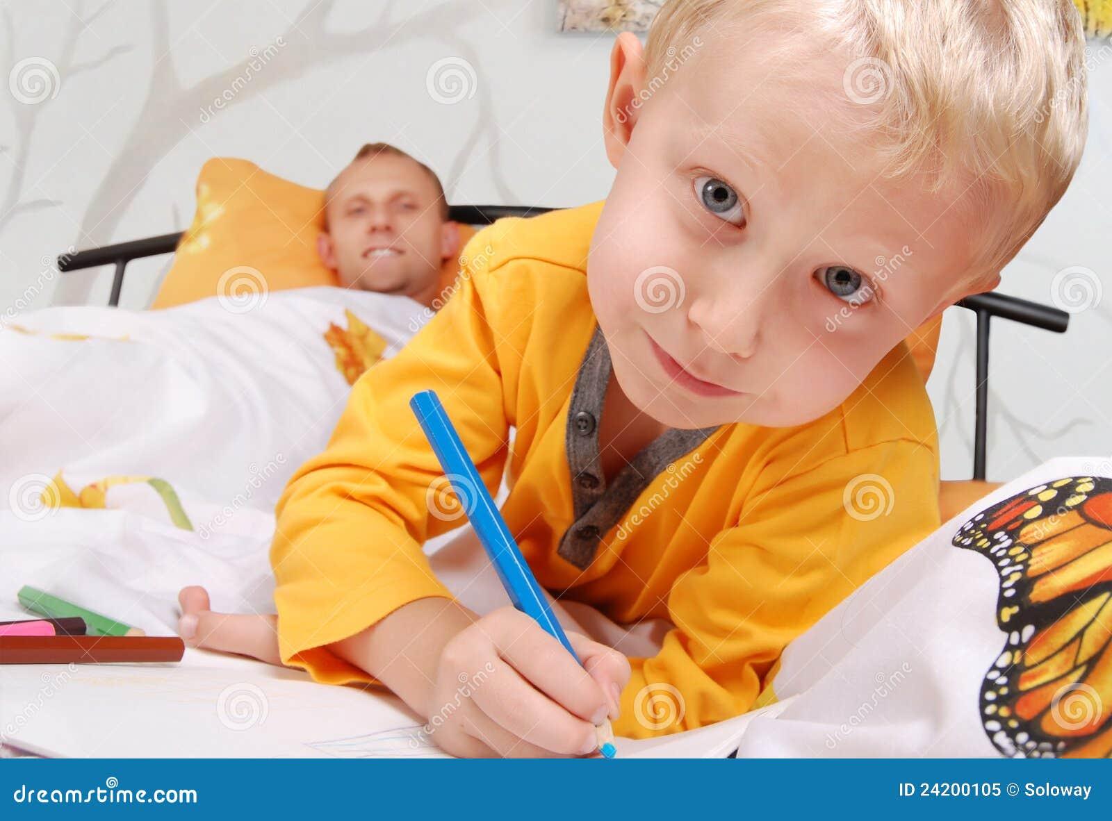Underlag som tecknar den små sonen