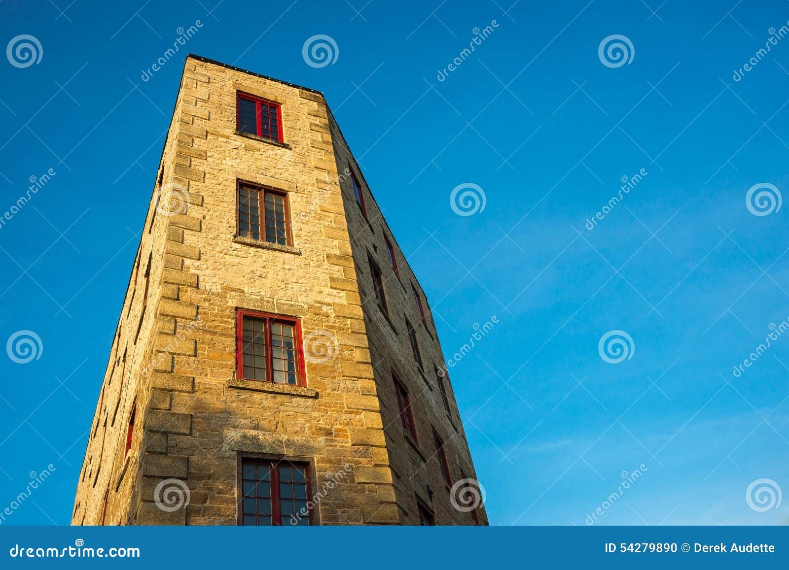 Underligt formad byggnad mot blå himmel