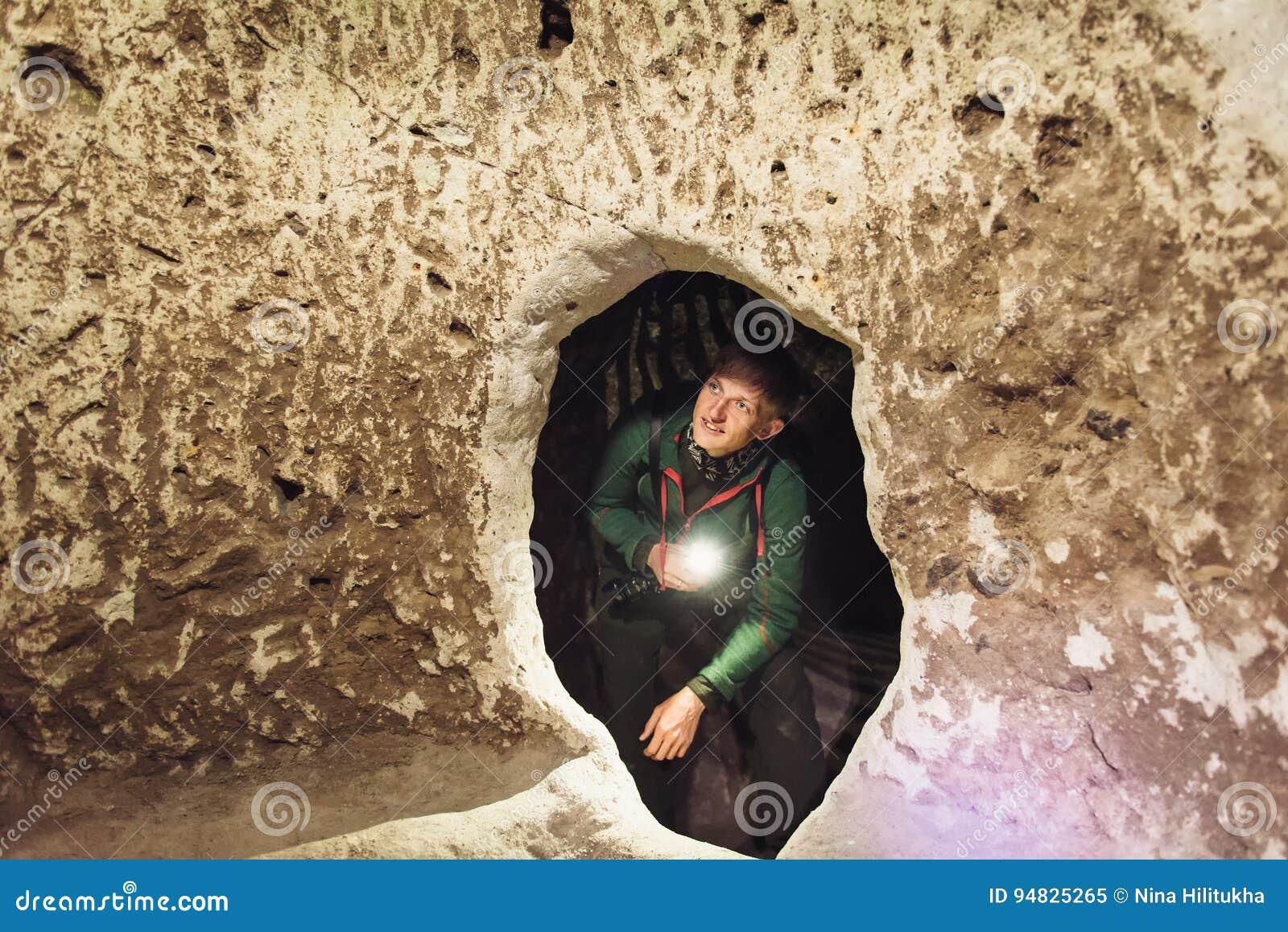 Undersökande grottor för man i Derinkuyu tunnelbanastad