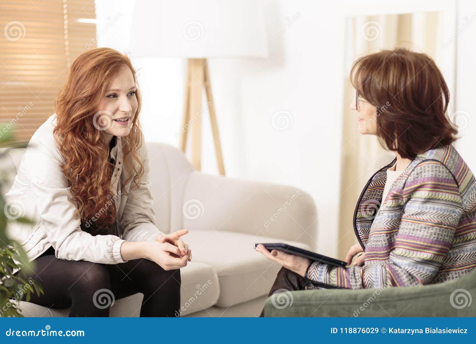 Understödjande rödhårig kvinna för vänlig terapeut