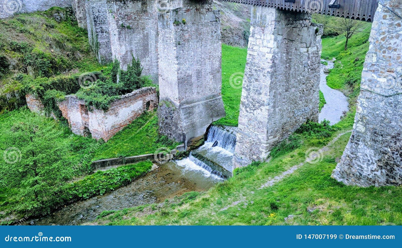 Undert che getta un ponte su del castello corving nella Transilvania